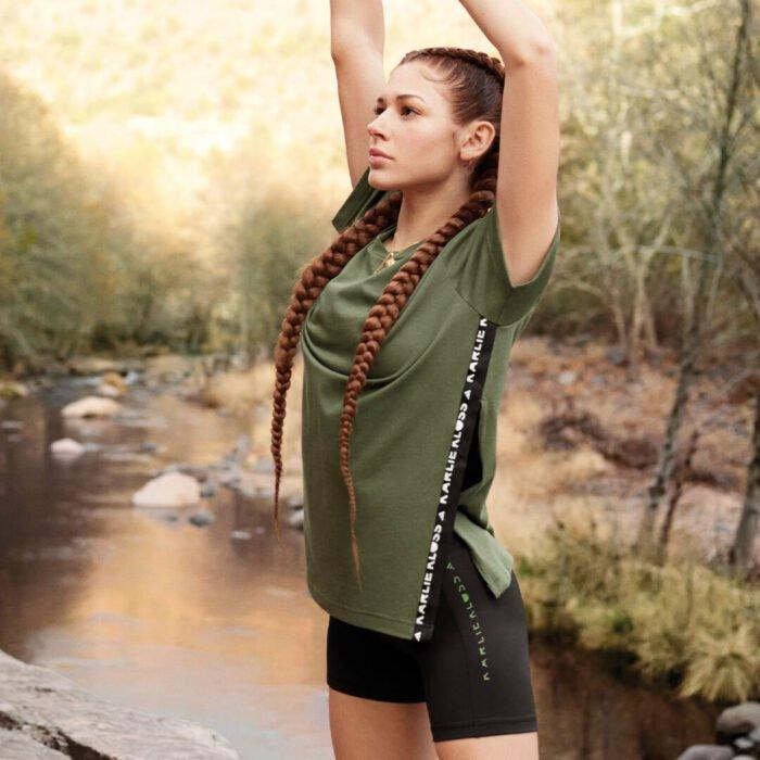 Chica usando un outfit de color verde de la marca adidas en colaboración con Karlie Klos