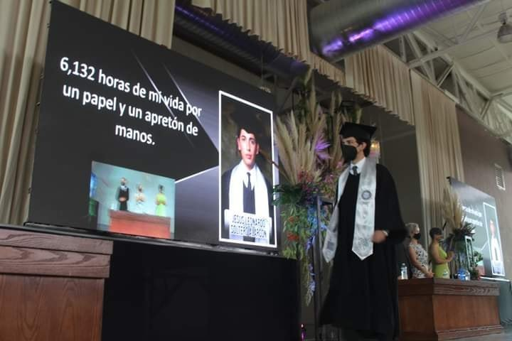 Estudiante recogiendo su discurso en la preparatoria